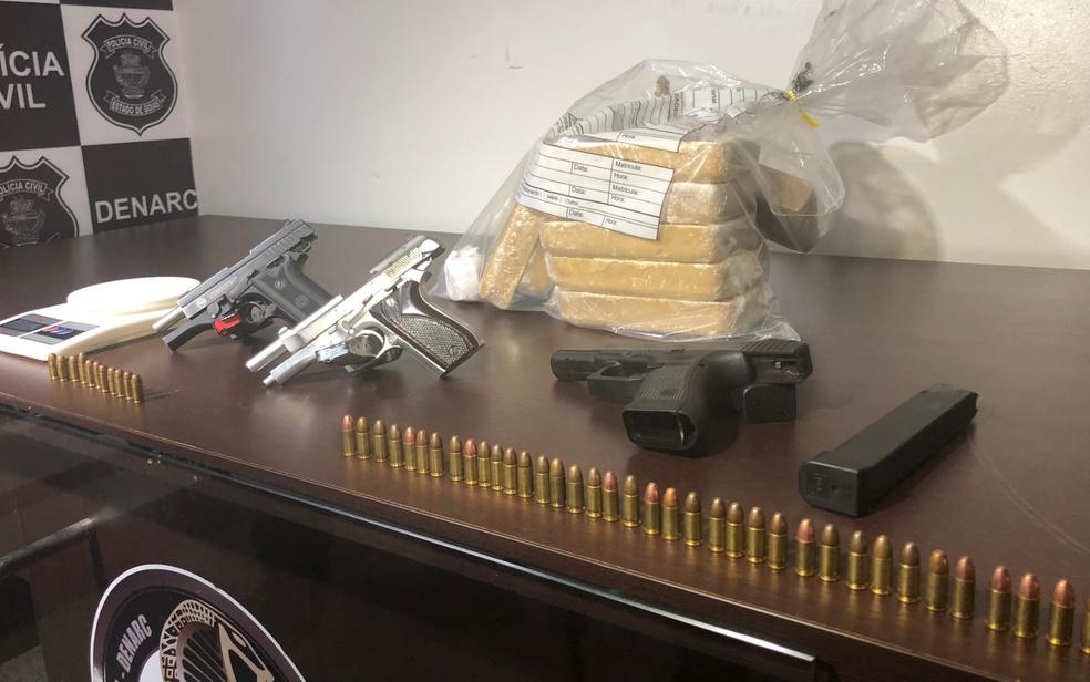 Armas, tabletes de droga e munição apreendida com suspeitos de tráfico e homicídio no setor Campinas, em Goiânia (Foto: Murillo Velasco/G1)