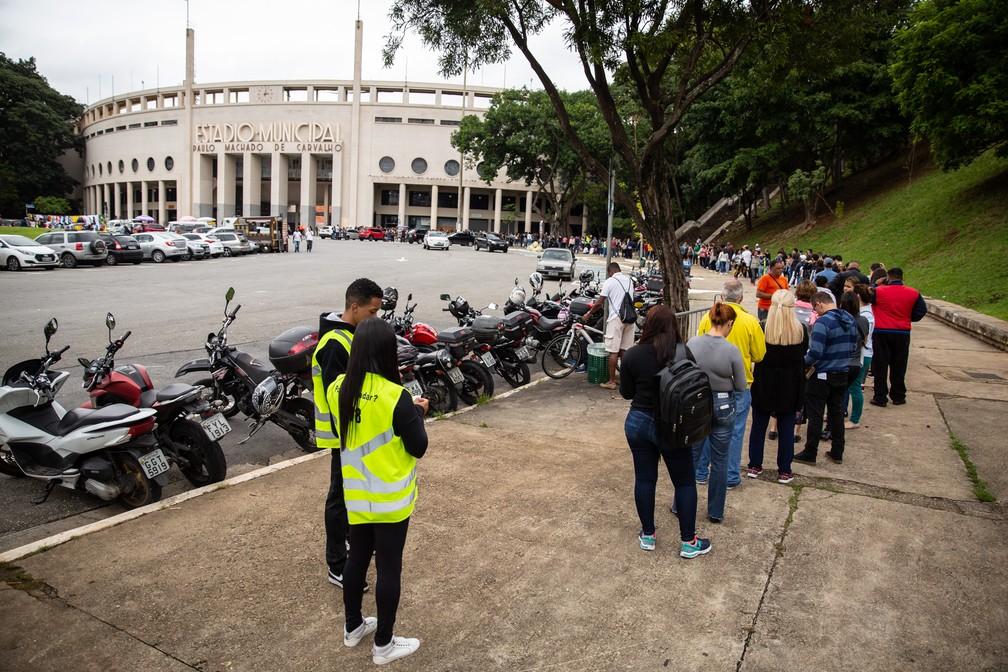 Final da fila para comprar ingressos do show de Sandy e Junior, na Praça Charles Miller — Foto: Fábio Tito/G1
