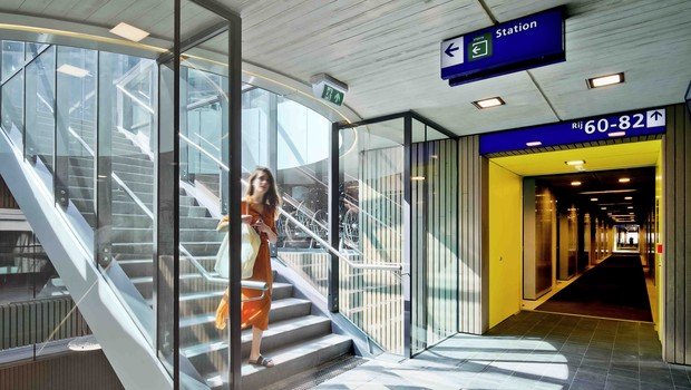 Os pedestres têm espaços exclusivos para se locomoverem pelo local e acessar a estação.  (Foto: Petra Appelhof)