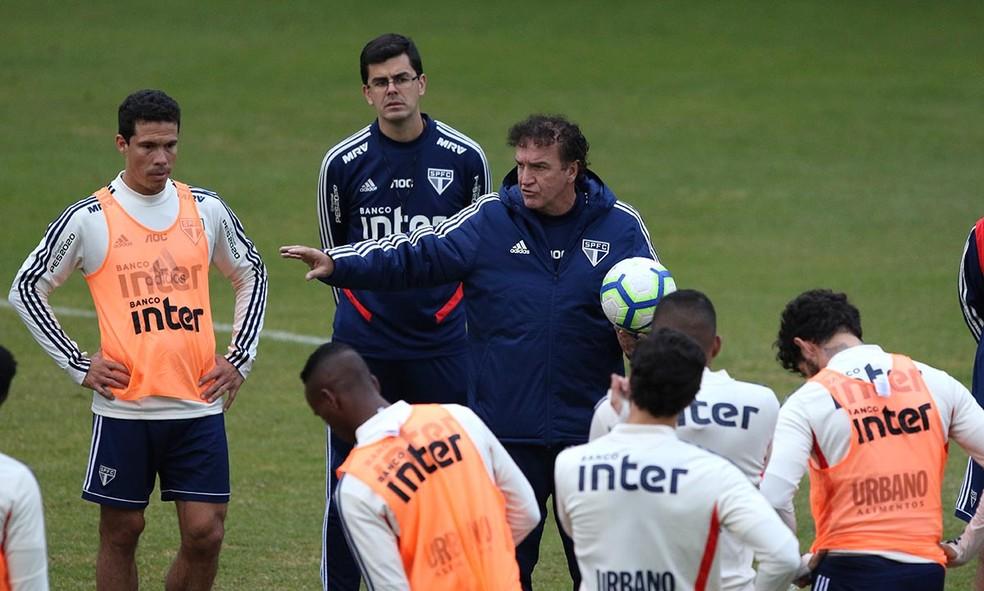 Cuca conversa com jogadores do So Paulo  Foto Rubens Chiri  saopaulofcnet