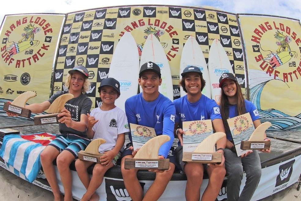 Vencedores exibem os troféus do Campeonato Paulista de Surfe em Maresias — Foto: Munir el Hage