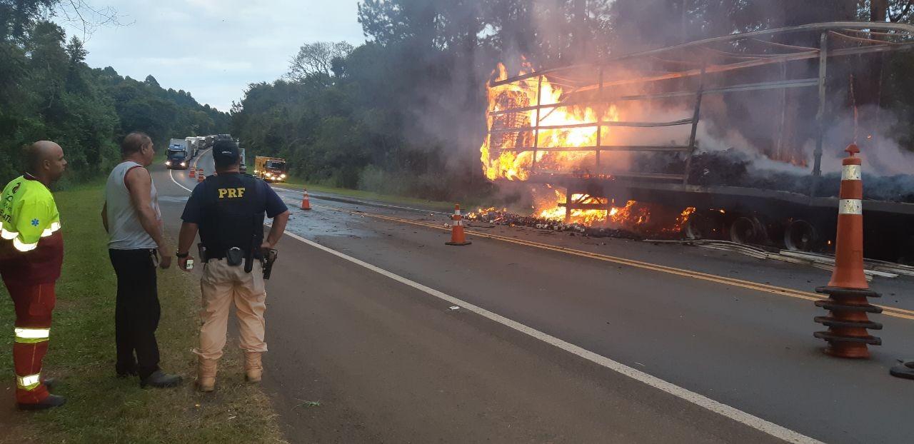 Caminhão carregado de papel higiênico pega fogo na BR-376, em Ortigueira