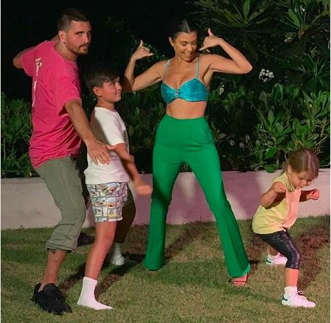 Scott Disick e Kourtney Kardashian brincando com os filhos (Foto: Instagram)