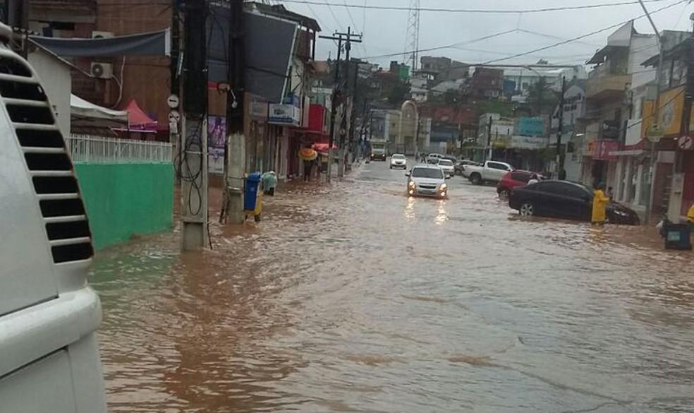 Em Ipojuca, na Região Metropolitana do Recife, chuva provocou alagamentos neste domingo (18) (Foto: Defesa Civil de Ipojuca/Divulgação)