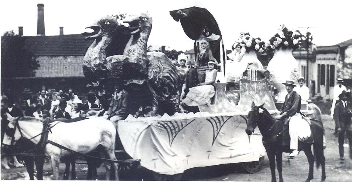 Carnaval já foi adiado outras duas vezes, mas foliões não respeitaram mudanças – G1
