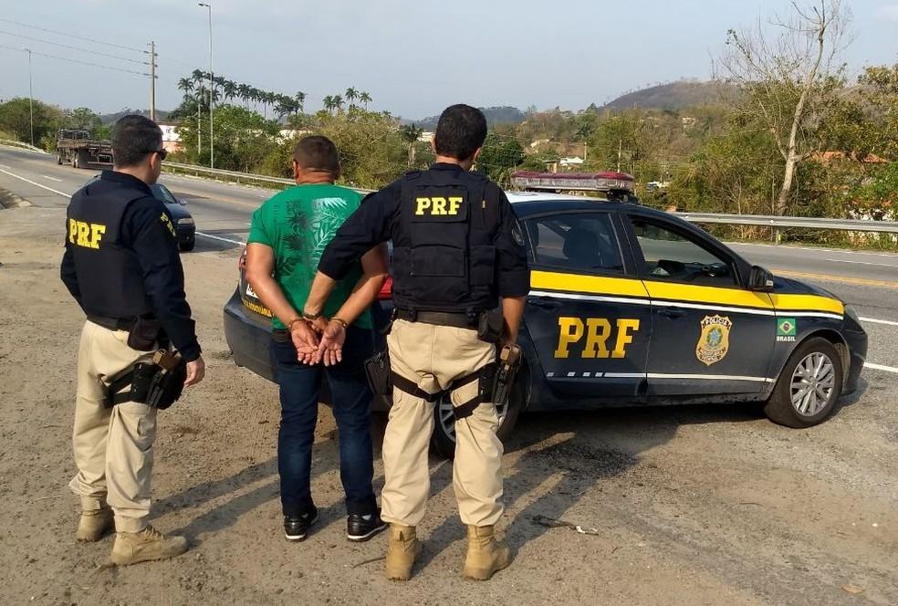 Homem com mandados em aberto por estupro e Lei Maria da Pena é preso em Vassouras — Foto: Divulgação/PRF