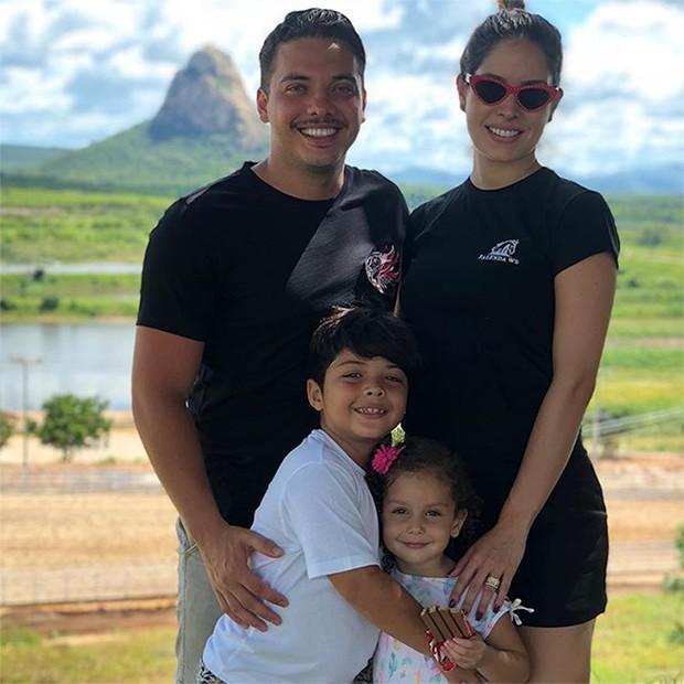 Wesley Safadão e Thyane Dantas com os pequenos Yhudy e Ysis (Foto: Reprodução/Instagram)