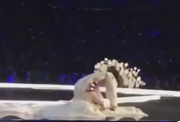A modelo Ming Xi tropeçou no próprio look (Foto: Instagram/Reprodução)