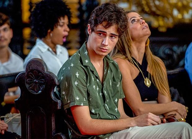 Valentim (Danilo Mesquita) mostra a música de Beto/Miguel (Emílio Dantas) para Luzia/Ariella (Giovanna Antonelli) (Foto: Globo / João Cotta)