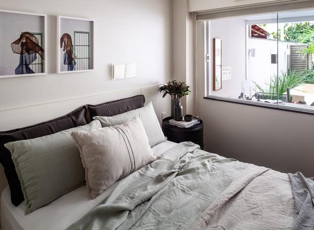 O espaço do quarto se abre direto para a varanda, garantindo uma vista sempre agradável. Enxoval da Linho 1 e telas de Adriana Lerner (Foto: Dhani Borges)