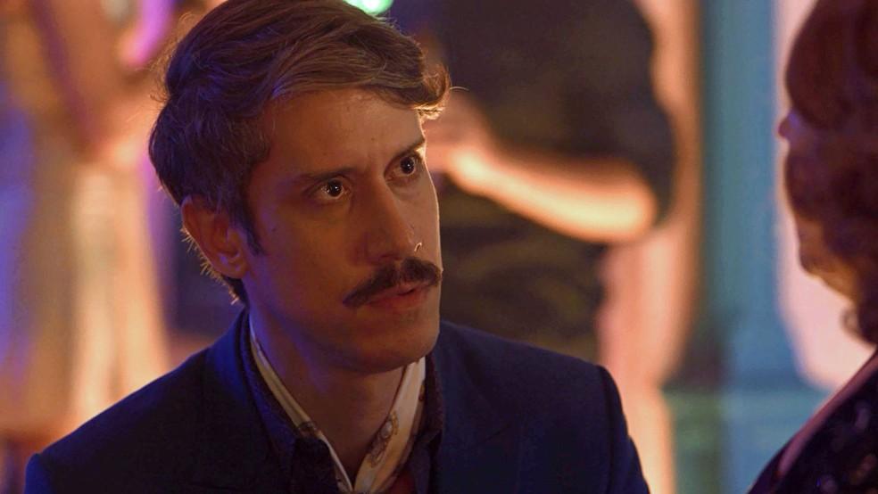 Adamastor (Theodoro Cochrane) fica chocado com revelação de Ondina (Ana Beatriz Nogueira), em 'O Sétimo Guardião' — Foto: TV Globo