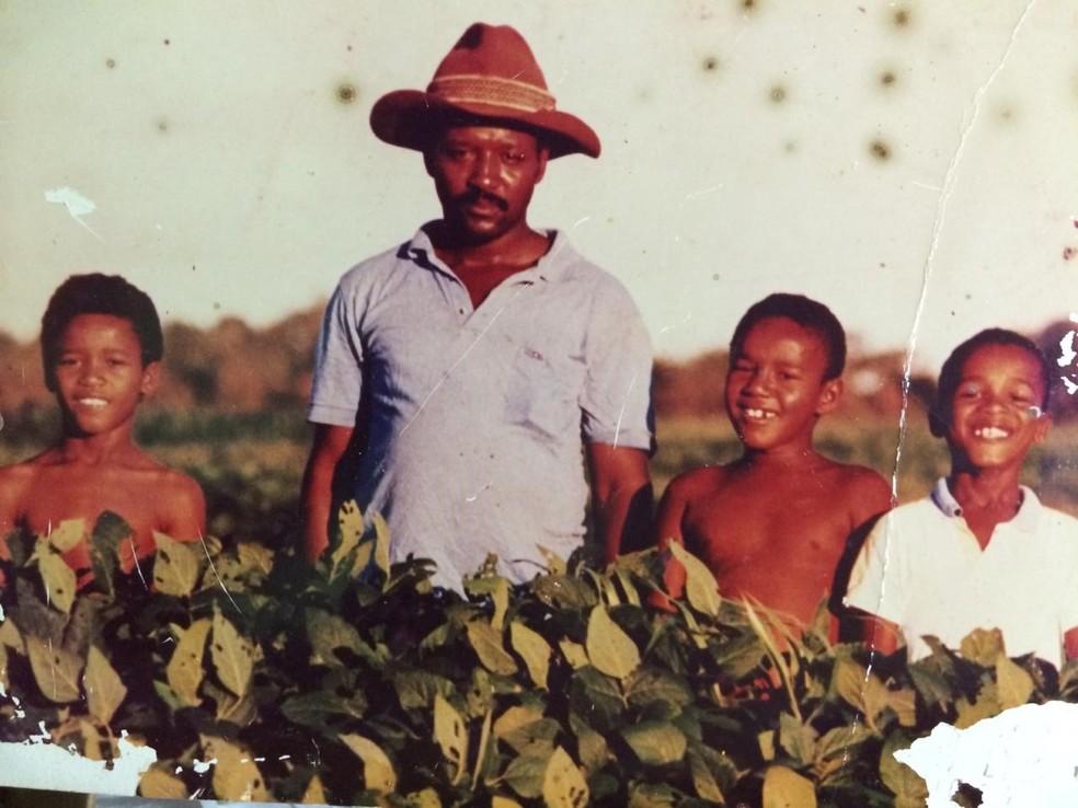 Fábio Francisco Esteves (E), pai (C) e irmãos (D) em fazenda no Mato Grosso do Sul — Foto: Arquivo pessoal