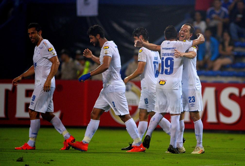 Com três vitórias em três jogos, Cruzeiro tem 99,6% de chances de matemáticas de classificação — Foto: EFE/ Marcos Pin