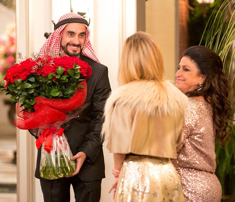 Leozinho (Gabriel Godoy) surpreende Fedora (Tatá Werneck) com buquê de flores vermelhas em jantar de noivado - 'Haja Coração' — Foto: Fabiano Battaglin/Gshow