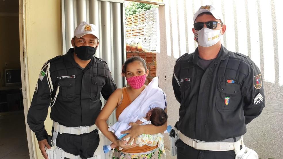 Policiais visitam mãe e bebê de 23 dias salvo por eles em Mossoró, no Oeste potiguar — Foto: Isaiana Santos/Inter TV Costa Branca