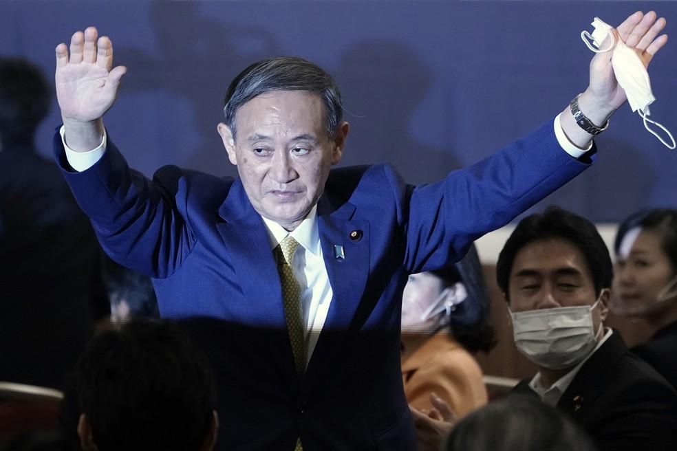 Yoshihide Suga logo depois de ser eleito novo chefe do Partido Liberal Democrático (PLD) do Japão — Foto: Eugene Hoshiko / Pool / AFP Photo