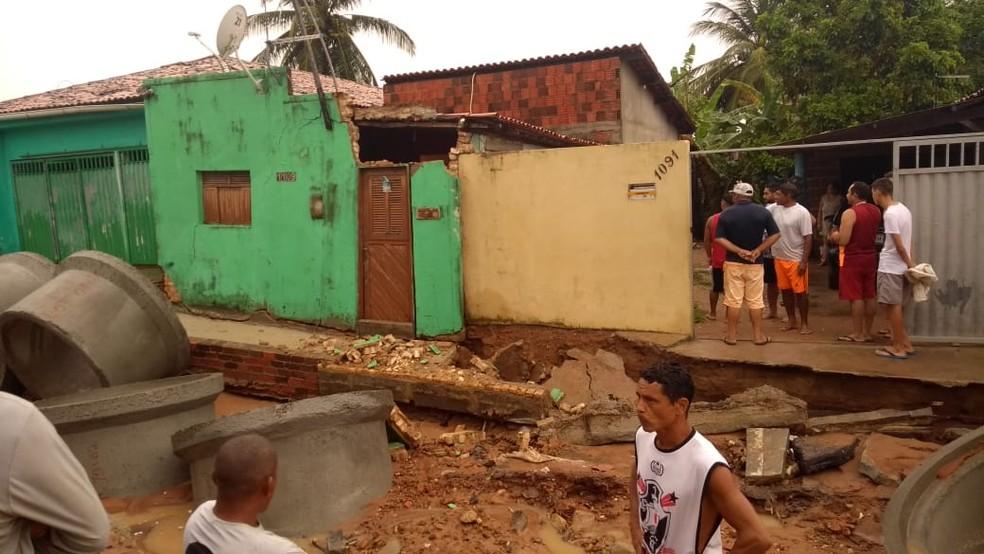 Parte da frente de uma casa na Rua Santa Luzia, no bairro Igapó, desabou após as chuvas — Foto: José Idis Barbosa/Cedida