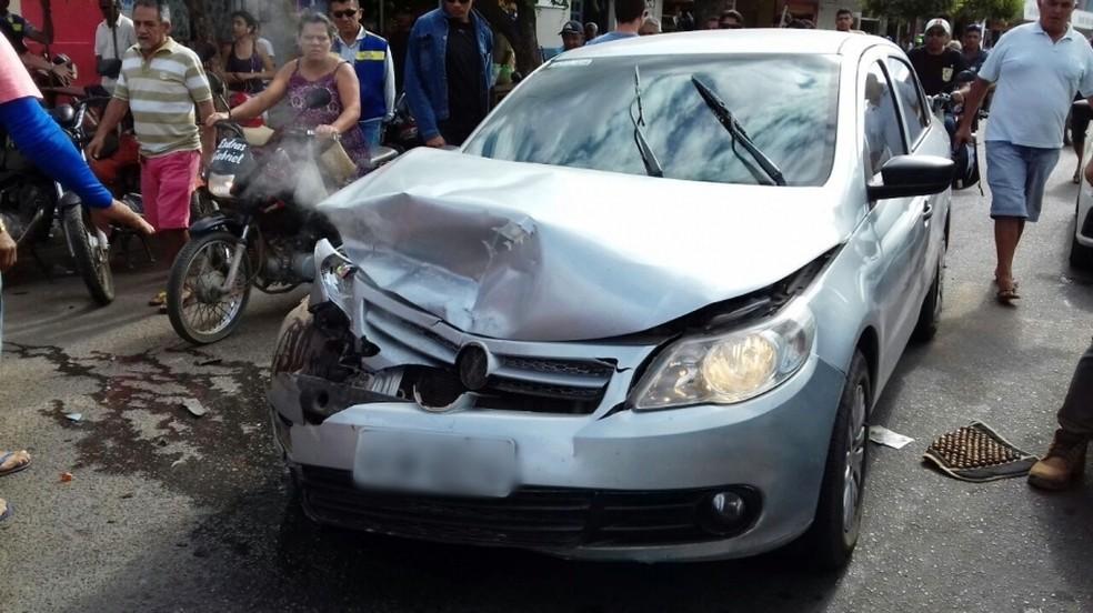 Criminoso bateu o carro no centro de Baraúna, de onde fugiu após roubar uma ambulância  (Foto: Marcelino Neto/O Câmera)