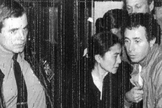 Yoko Ono dois dias após a morte de seu marido, John Lennon