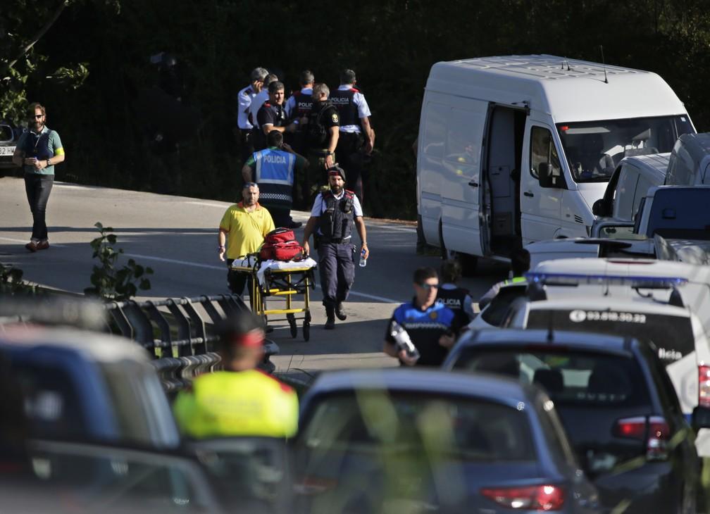 Ambulância e maca chega a local de operação policial que matou suspeito de ataque em Barcelona em Subirats nesta segunda-feira (21) (Foto: AP Photo/Emilio Morenatti)