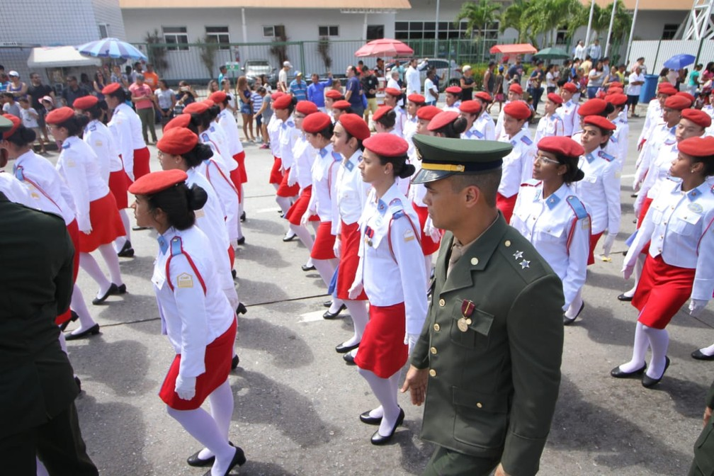 Estudantes e militares participam do desfile na Zona Sul do Recife, nesta sexta-feira (7) (Foto: Marlon Costa/Pernambuco Press)