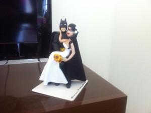 Enfeite do bolo de casamento também revela estilo Batman. (Foto: Diego Souza / G1)