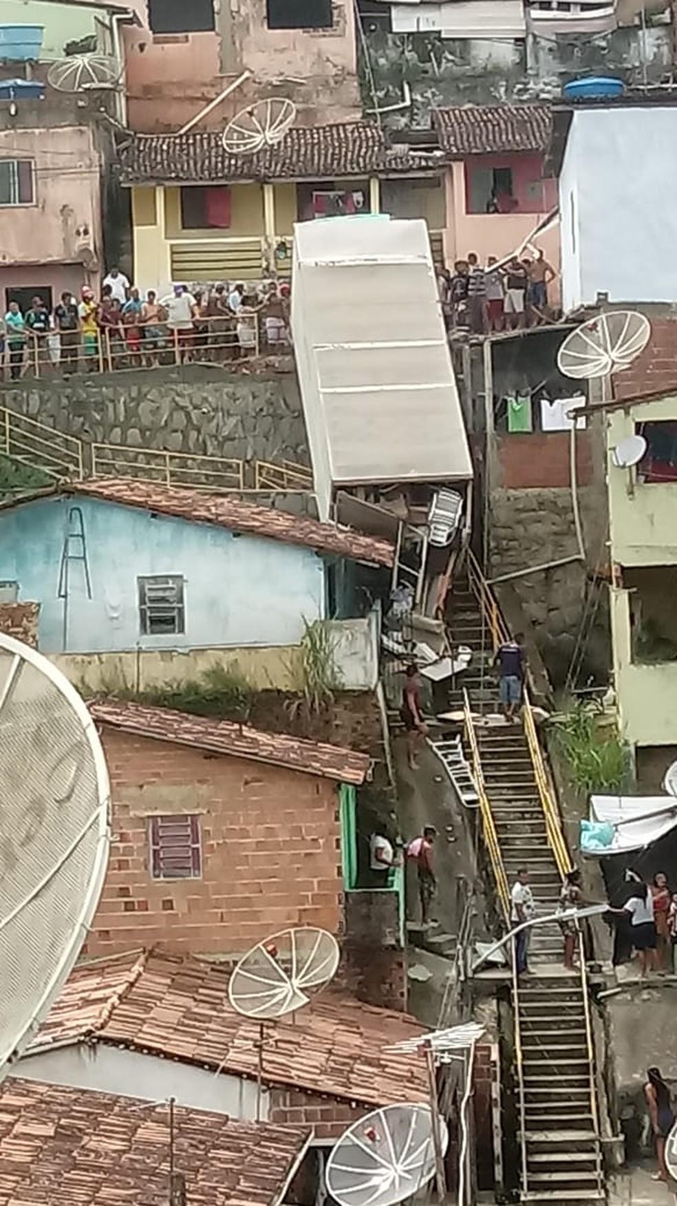 Caminhão ficou pendurado em barreira no Cabo de Santo Agostinho, no Grande Recife — Foto: Reprodução/WhatsApp