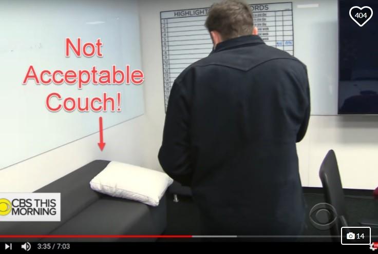 Reprodução de entrevista da CBS usada no GoFundMe para mostrar o sofá que Elon Musk na fábrica da Tesla (Foto: Reprodução GoFundMe)