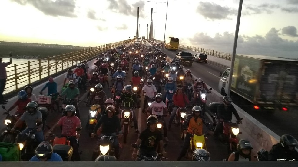 Protesto causou engarrafamento na Ponte Newton Navarro — Foto: Zeno Moura/Inter TV Cabugi