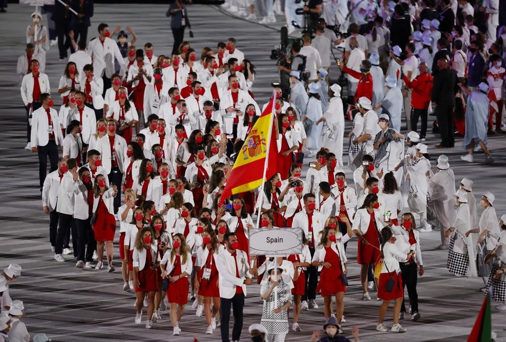 Mireia Belmonte e Saul Craviotto levam a bandeira da Espanha durante a cerimônia de abertura dos Jogos Olímpicos de Tóquio, no Japão — Foto: Phil Noble/Reuters