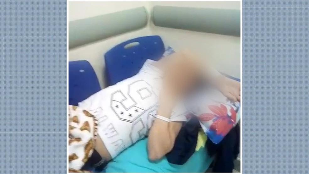Imagem de homem deitado em cadeiras no Hospital Federal de Bonsucesso viralizou na internet — Foto: Felipe Azevedo/ TV Globo