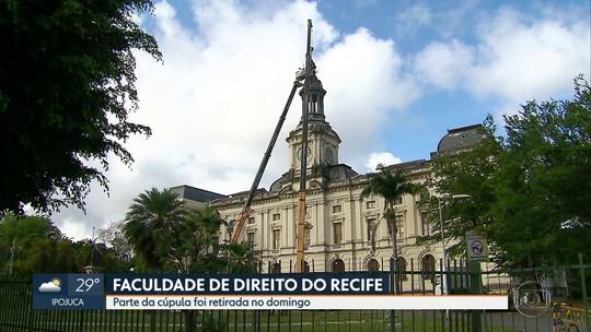 Peça de metal avariada é retirada da torre do relógio da Faculdade de Direito do Recife