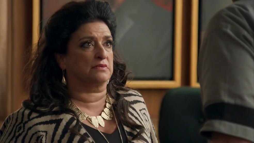 Teodora (Grace Gianoukas) se choca com pedido de divórcio de Aparício (Alexandre Borges) — Foto: Globo