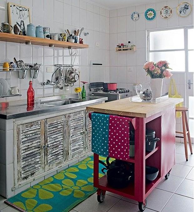 Com criatividade, a cozinha com cara rústica também ganhou uma ilha central. A designer de interiores Renata Parasmo optou pelo carrinho de madeira, num tom de rosa forte (Foto: PMS/ Reprodução)