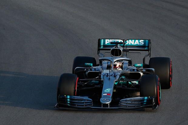 O atual campeão Lewis Hamilton testando a nova Mercedes em Montmelo, na Espanha (Foto: Getty Images / Eric Alonso)
