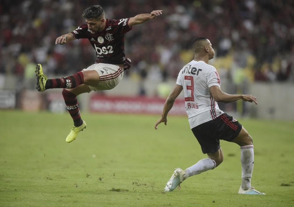 Bruno Alves desarma Arrascaeta em partida contra o Flamengo — Foto: André Durão, GloboEsporte.com