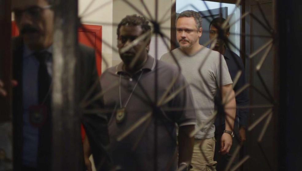Almeidinha (Danton Mello) é preso em flagrante em 'Órfãos da Terra' — Foto: Globo