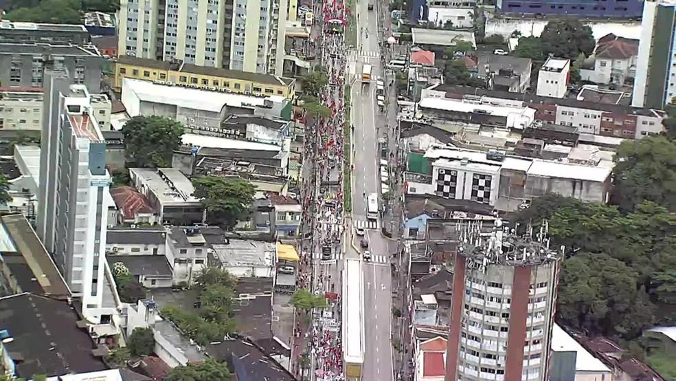 Manifestantes seguem em caminhada pela Avenida Conde da Boa Vista, na região central do Recife, neste sábado (19). — Foto: Reprodução/TV Globo