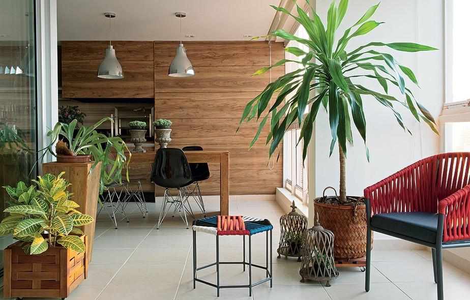 """Para liberar espaço no living do apartamento, a arquiteta Gabi Sartori e a designer de interiores Stela M. Sartori montaram a sala de jantar na varanda em """"L"""" de 45 m²"""