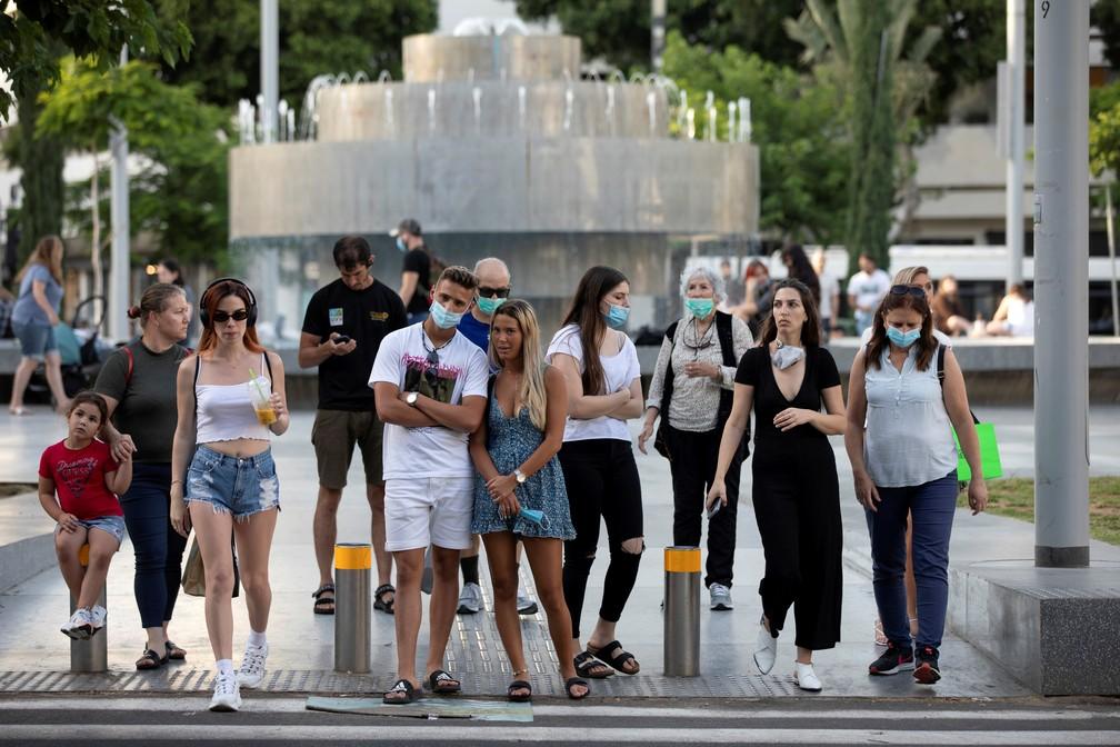 Foto de 4 de junho mostra ruas de Tel Aviv, em Israel, com pessoas com e sem máscaras — Foto: Amir Cohen/Arquivo/Reuters