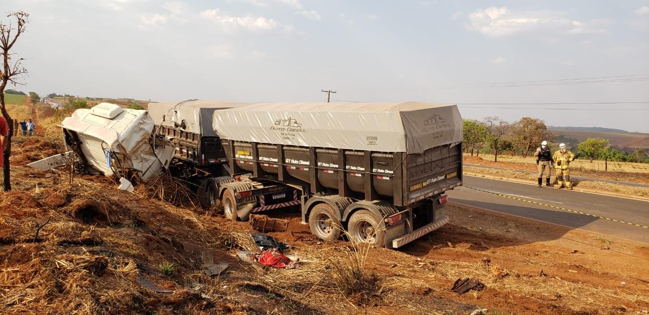 Carreta invade pista bate em outra e motorista morre em Uberaba
