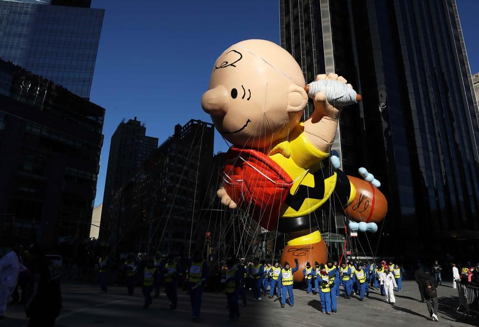Balão do personagem Charlie Brown é exibido nesta quinta-feira (22) no tradicional desfile do Dia de Ação de Graças em Nova York — Foto: Brendan McDermid/Reuters