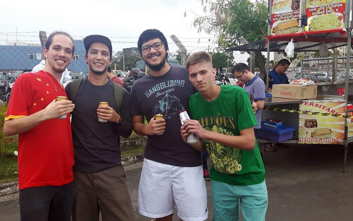 Amigos de Campinas tomam cerveja minutos antes do portão fechar no 1º dia de Enem