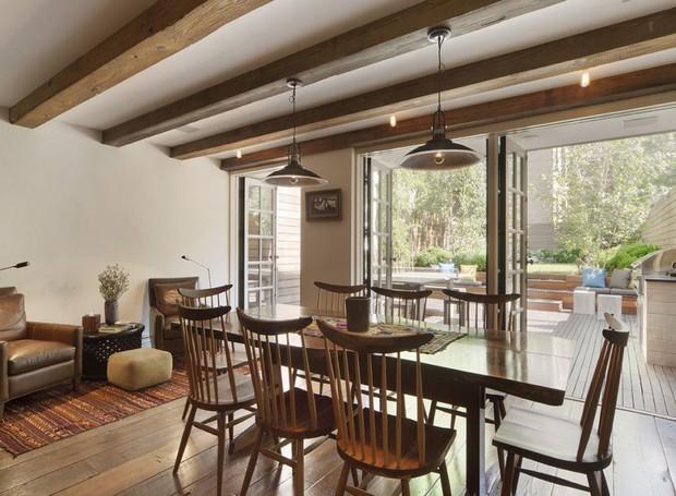 A sala de jantar possui um ar informal e intimista (Foto: Scott Parks Realty/ Reprodução)