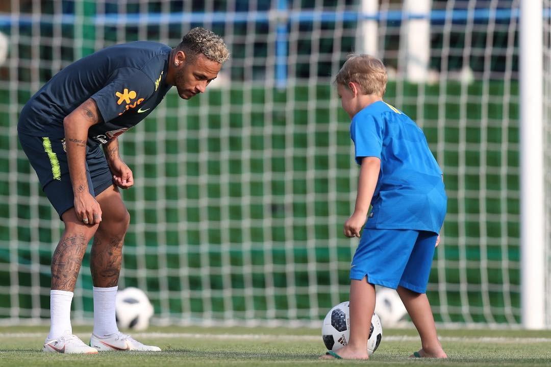 Neymar e David Lucca brincam durante treino da seleção na Rússia (Foto: Reprodução/ Instagram)