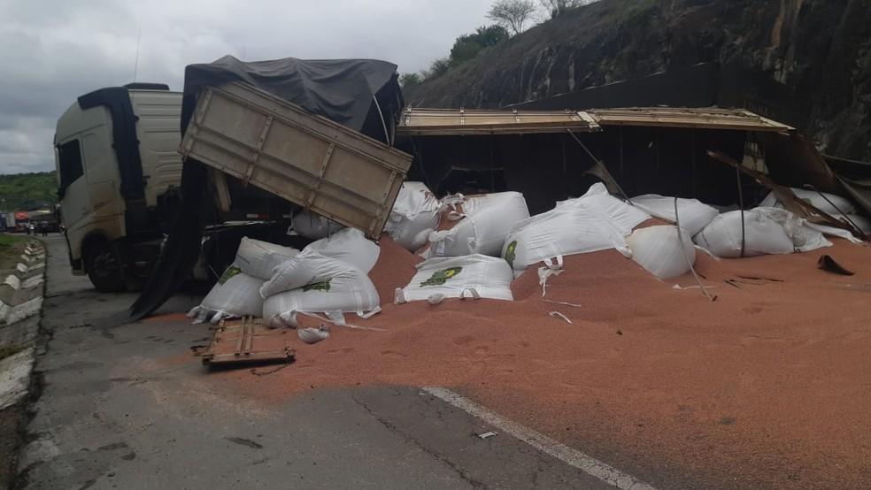 Parte de carreta tomba e veículo de carga fica atravessado na BR-116, na Bahia — Foto: Divulgação/PRF