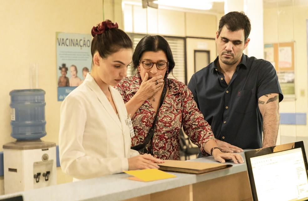 Lurdes (Regina Casé) fica arrasada ao descobrir sabotagem em 'Amor de Mãe' — Foto: Globo / Victor Pollak