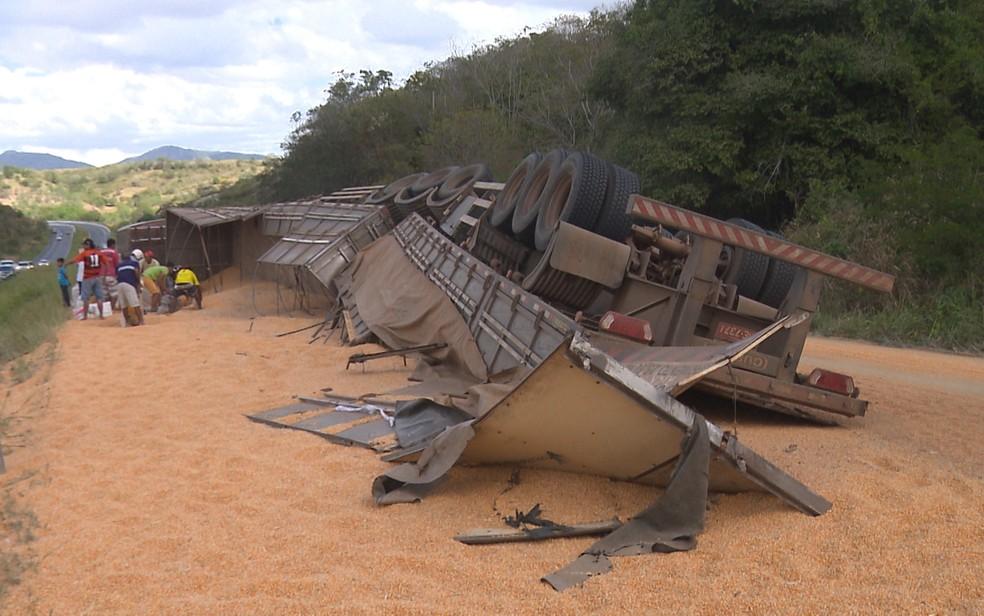 Carreta estava carregada com 11 toneladas de milho e tombou na BR-230 (Foto: Reprodução/TV Paraíba)