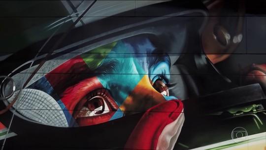 Artista brasileiro pinta painel em homenagem a Ayrton Senna no autódromo de Imola