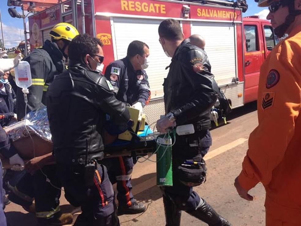 Bombeiros resgatam homem ferido com gravidade em rompimento de adutora na EPTG, na manhã desta quinta (6) (Foto: Lucas Salomão/G1)